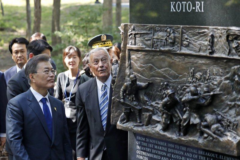 南韓總統文在寅(左)觀看長津湖戰役紀念碑(AP)