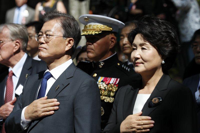 南韓總統文在寅(左)與夫人金正淑到訪長津湖戰役紀念碑,在演奏南韓與美國國歌時,他們將手放在胸前(AP)