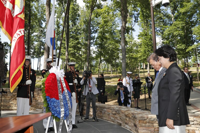 南韓總統文在寅到長津湖戰役紀念碑獻花(AP)