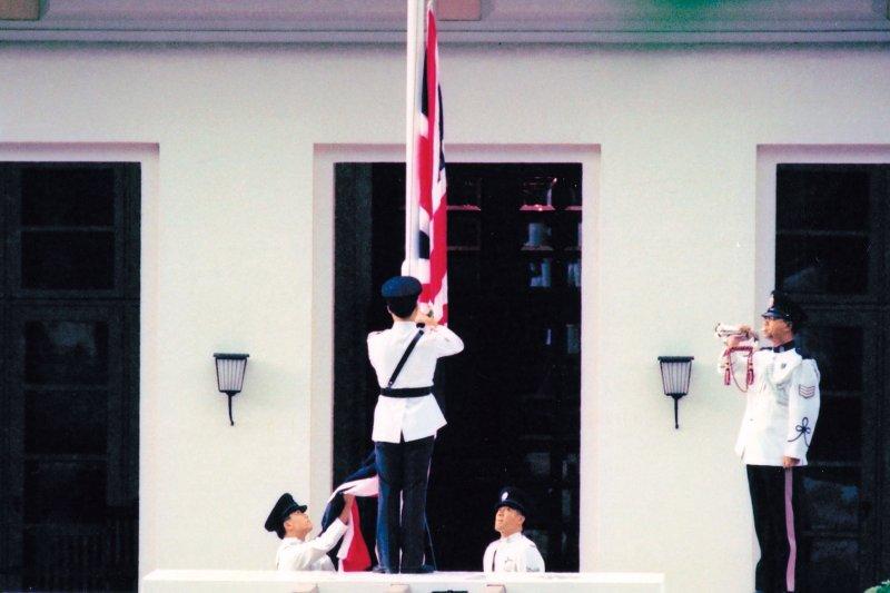 1997年6月30日下午下午4時25分,最後一任港督彭定康正式告別港督府,舉行了降旗儀式。(林瑞慶攝)