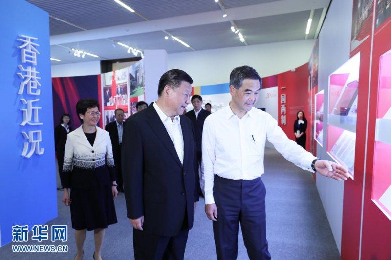 中國國家主席習近平6月26日在國家博物館參觀香港回歸20周年成就展,香港特區行政長官梁振英等陪同參觀(新華社)