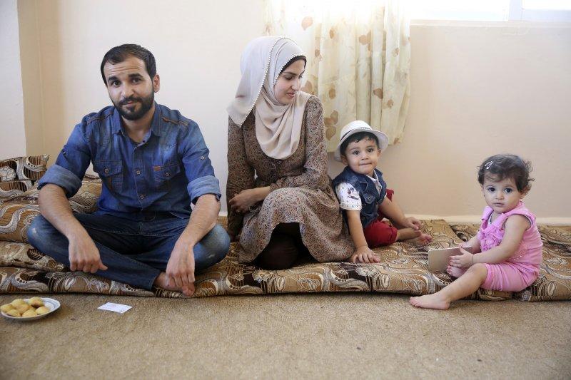 28歲的穆罕默德(左)5年前從內戰的敘利亞逃到約旦,他原本想帶著妻小到美國伊利諾州投靠叔叔,重新開始新的人生,但川普的簽證禁令讓他們一家人的夢想變得搖不可及(AP)
