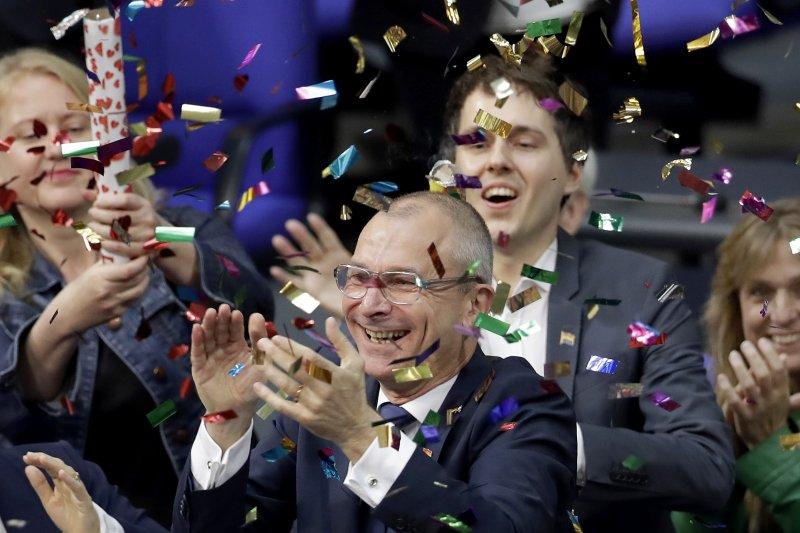 2017年6月30日,德國國會下議院「聯邦議院」表決通過同性婚姻合法化法,支持派議員歡欣鼓舞。(AP)
