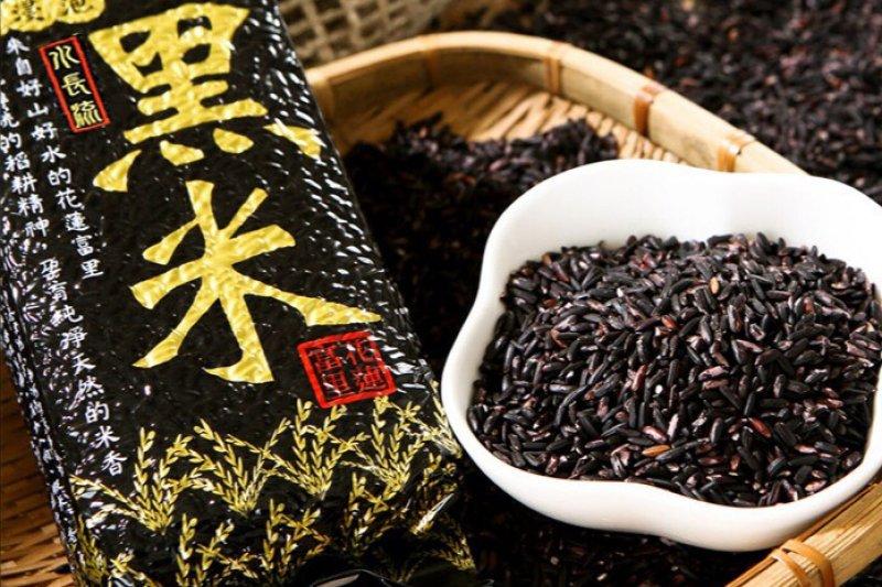 黑米營養價值極高,其膳食纖維含量是白米的25倍,熱量卻只有糙米的一半,保有麩皮層,有更多的纖維質和特有的花青素、維生素,適合各族群食用,是優質的食材(圖 / 上晴國際提供)