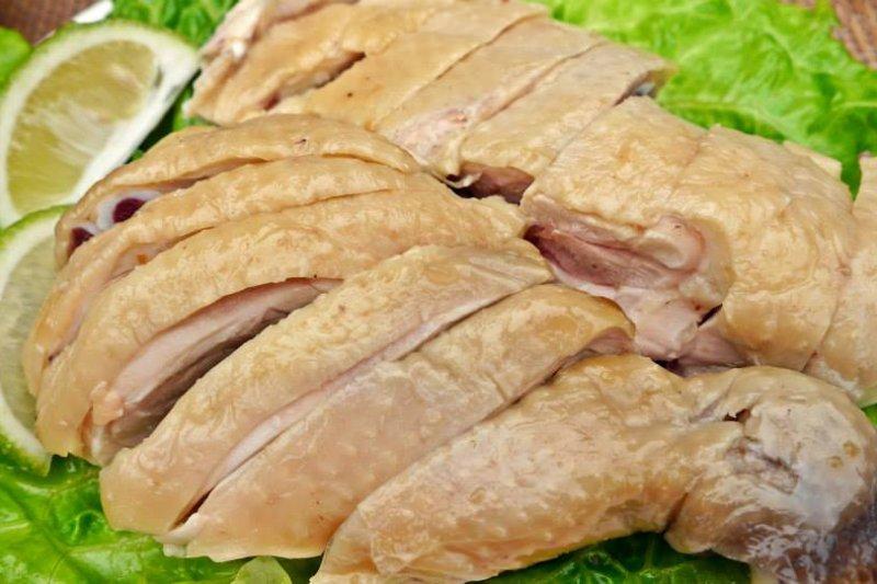 榮獲全國特色美食金牌獎的「阿弟仔雞肉」,在市場裡也有實體店面,每日都能看到大排長龍想購買雞肉的人客(圖 / 上晴國際提供)