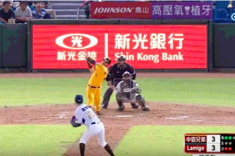 兄弟 vs Lamigo 十一局上,陳子豪一棒炸裂!中外野方向的全壘打,幫助兄弟超前比數。(圖/翻攝自中華職棒CPBL@Youtube)