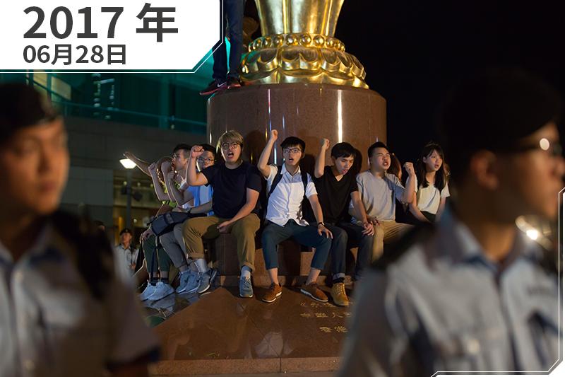 2017年6月,「香港眾志」秘書長黃之鋒等人發起黑紫荊行動(AP)