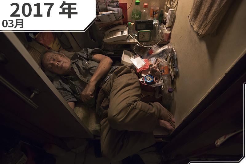 2017年3月,香港,80歲的張老先生住在狹小的「棺材屋」,甚至無法將腳伸直(AP)
