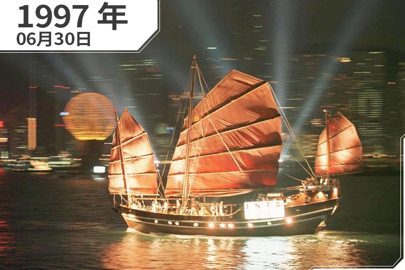 1997年6月30日,香港維多利亞港,一艘中國帆船燈火燦爛(AP)