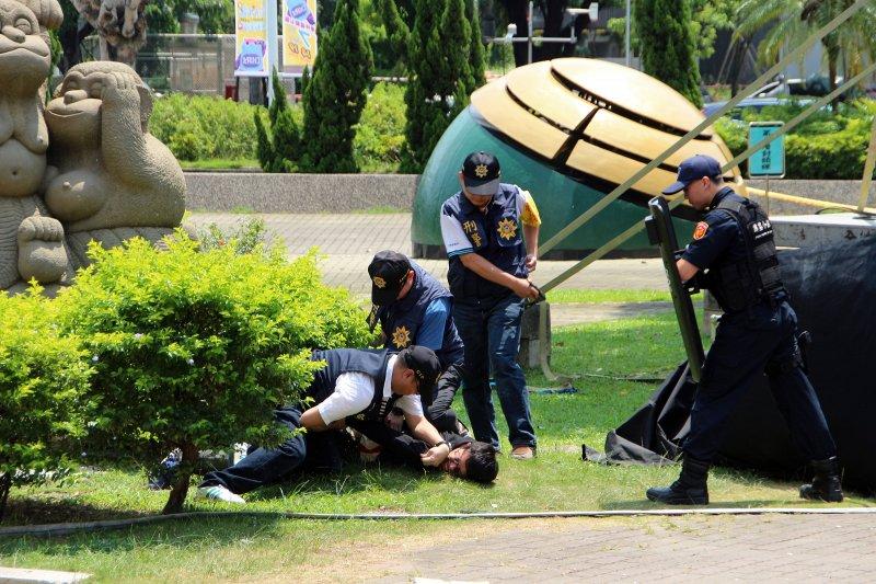 嘉義市警察局第二分局106年防制暴力重大人為危安事件實警演練防範未然。(圖/嘉義市政府提供)