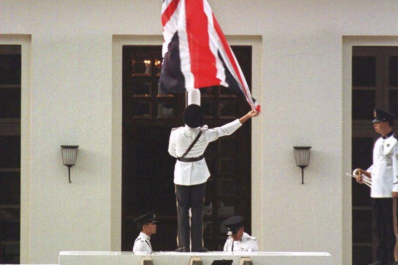 港督府的英國國旗在《最後崗位》的軍號聲中緩緩降下。(AP)