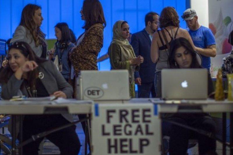 移民權益律師為抵達洛杉磯國際機場的人士提供免費諮詢。(BBC中文網)