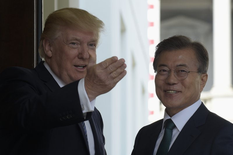 作者指出,南韓與美國的新任總統都在企圖為自己留下正向的紀錄。文在寅(右)上任後,拉近貧富,提高基本工資。美國的川普(左),緊抓招商投資。(資料照,美聯社)