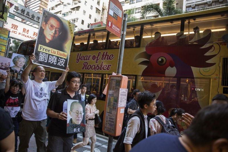 6月30日,香港民眾走上街頭示威,要求中國當局釋放劉曉波(AP)