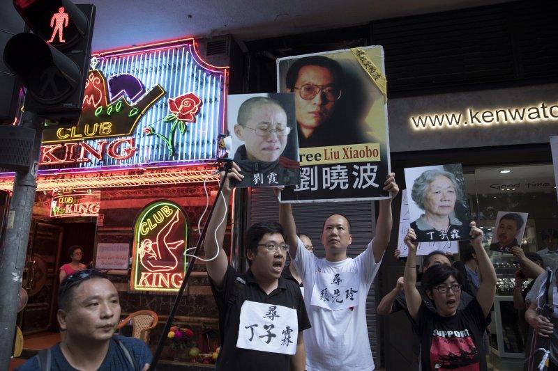 6月30日,香港民眾走上街頭示威抗議,要求政府釋放劉曉波(AP)