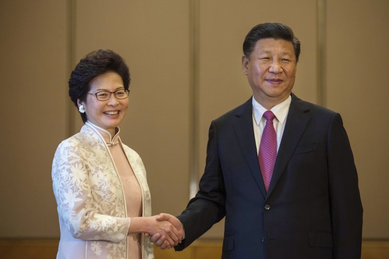 2017年7月1日,林鄭月娥宣誓就任香港特別行政區第五任行政長官,由中國國家主席習近平監誓(AP)
