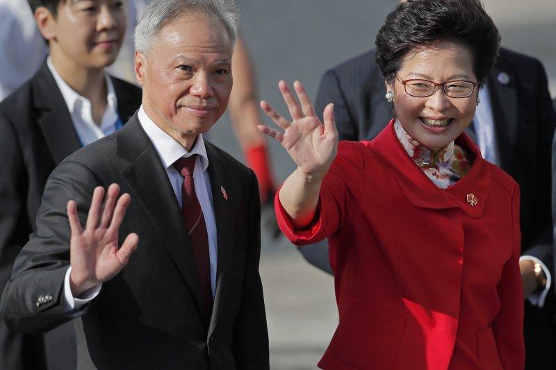 2017年7月1日,林鄭月娥宣誓就任香港特別行政區第五任行政長官,左為其夫婿林兆波(AP)