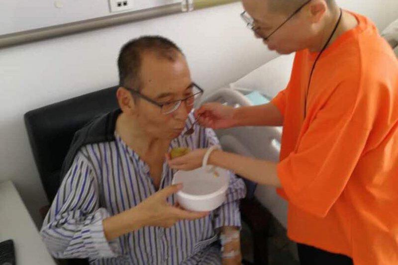 肝癌末期的諾貝爾和平獎得主、中國異議人士劉曉波與妻子劉霞(AP)