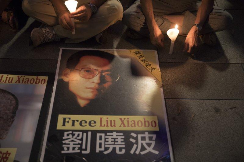 香港民眾聲援諾貝爾和平獎得主、中國異議人士劉曉波,要求北京當局放人(AP)