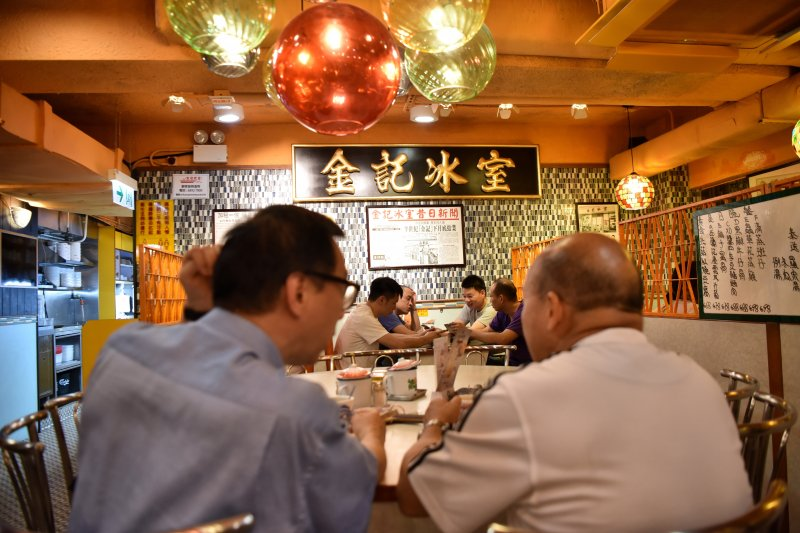 香港市民在一家茶餐廳用餐(新華社)