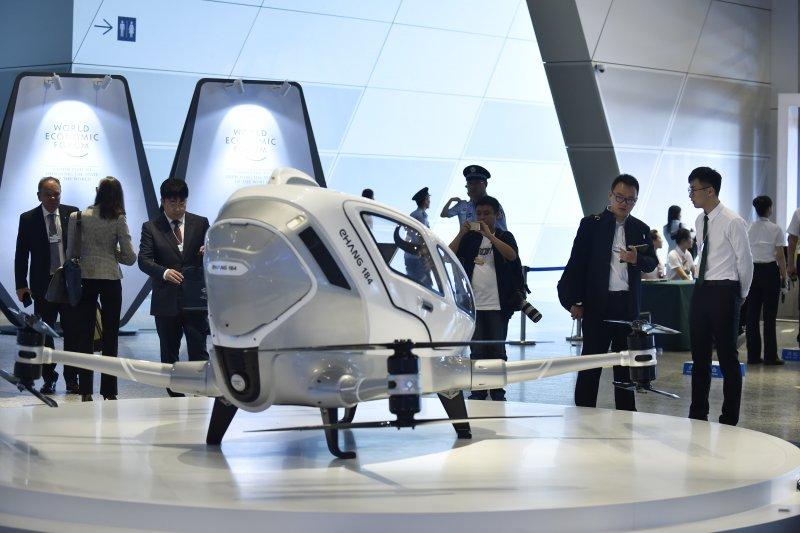 2017夏季達沃斯論壇嘉賓6月27日在大連國際會議中心參觀一架自動駕駛載人飛行器(新華社)