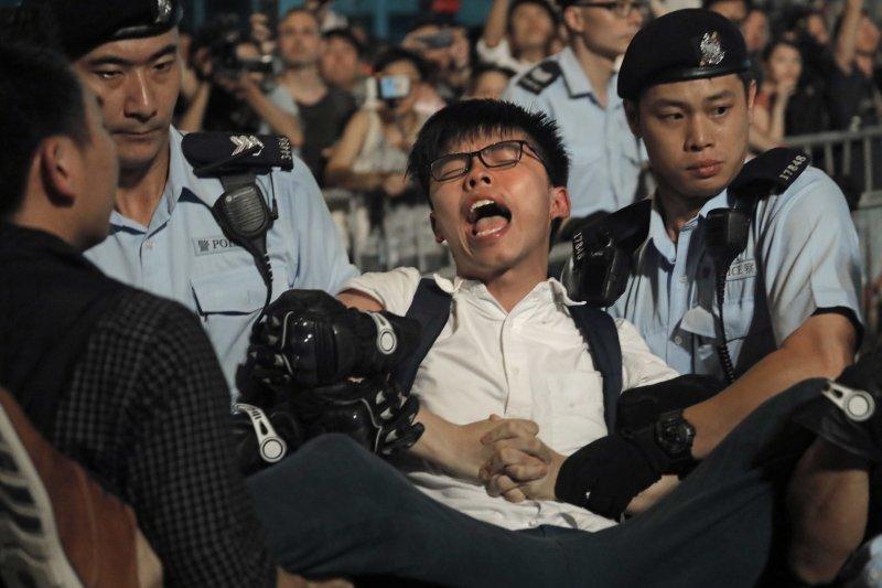 黃之鋒6月28日抗議時被警方抬走。(美聯社)