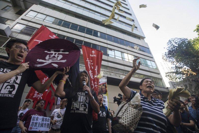 香港立法會議員「長毛」梁國雄等人7月1日抗議習近平到訪。(美聯社)