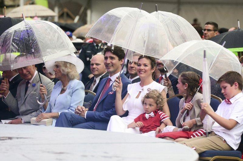 加拿大總理杜魯道一家與英國查爾斯王儲夫婦一起搭馬車遊街(AP)