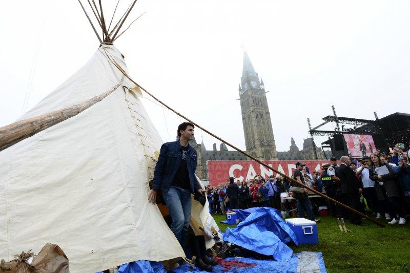 加拿大總理杜魯道前往原住民族示威駐紮的帳篷談話(AP)