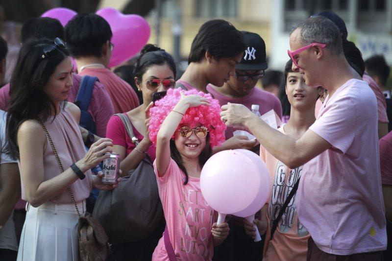 新加坡粉紅點(Pink Dot)1日登場,民眾身著粉紅色造型服飾參與,聲援同性戀、雙性戀和跨性別團體的戀愛自由。(AP)
