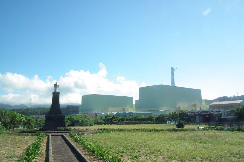作者認為,對比大部份的人們對於太空探索、對於科學都存在有一定的熱情,談及核電時,不論男女老幼,總是會有人丟下一句「核電廠爆炸怎麼辦?」、「核廢料怎麼處理?」等等問題,但又根本沒有想要去了解。圖為龍門核能發電廠(核四)。(資料照,Toach japan@Wikipedia / CC BY-SA 3.0)