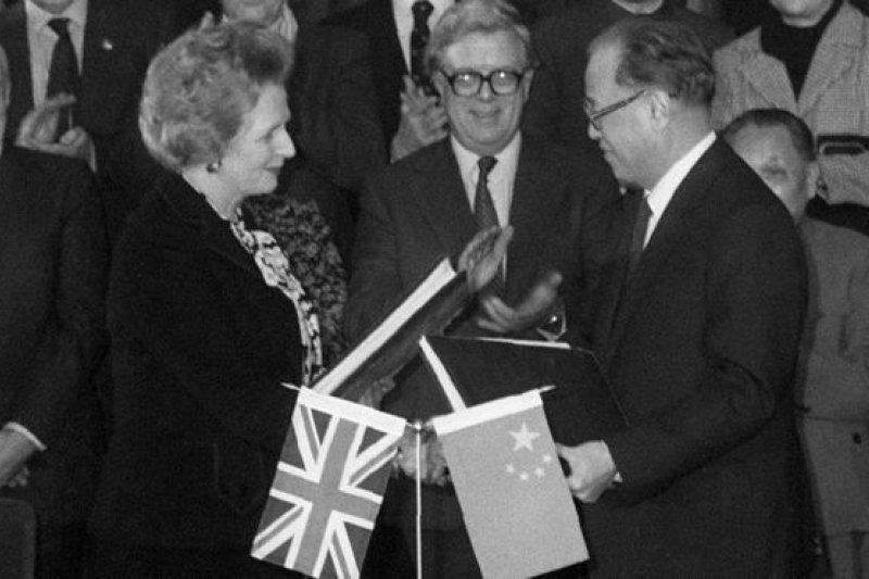 1984年12月19日,中國總理趙紫陽和英國首相柴契爾夫人共同簽署《中英聯合聲明》。(BBC中文網)