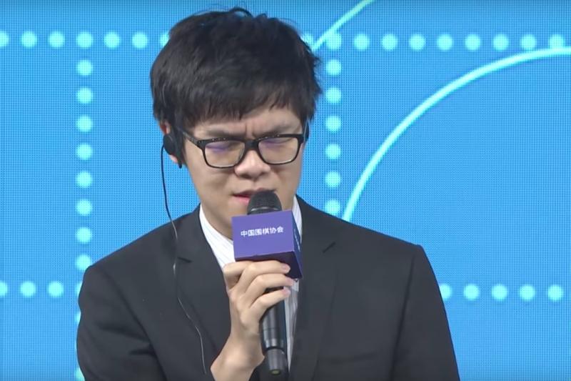 中國圍棋棋王柯潔和AlphaGo對戰連3敗後,柯潔在賽後記者會上一度哽咽。(截圖自YouTube)