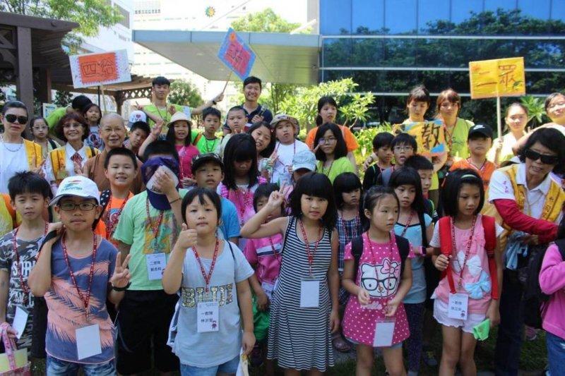 日月光舉辦小小環保工程師體驗營,帶領150位小朋友參觀全台最大中水處理廠,了解環保的重要性。(圖/日月光提供)