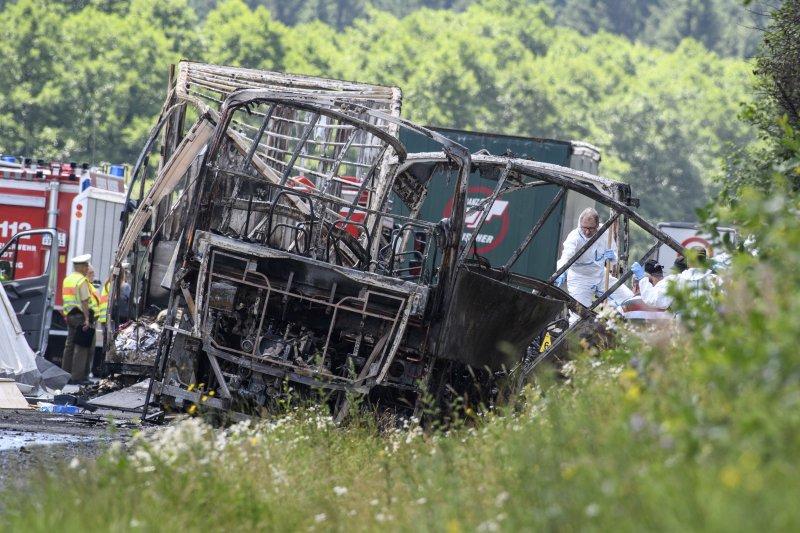 德國南部巴伐利亞州的A9公路3日發生一起嚴重車禍,出事的觀光巴士被燒得只剩焦黑骨架(美聯社)