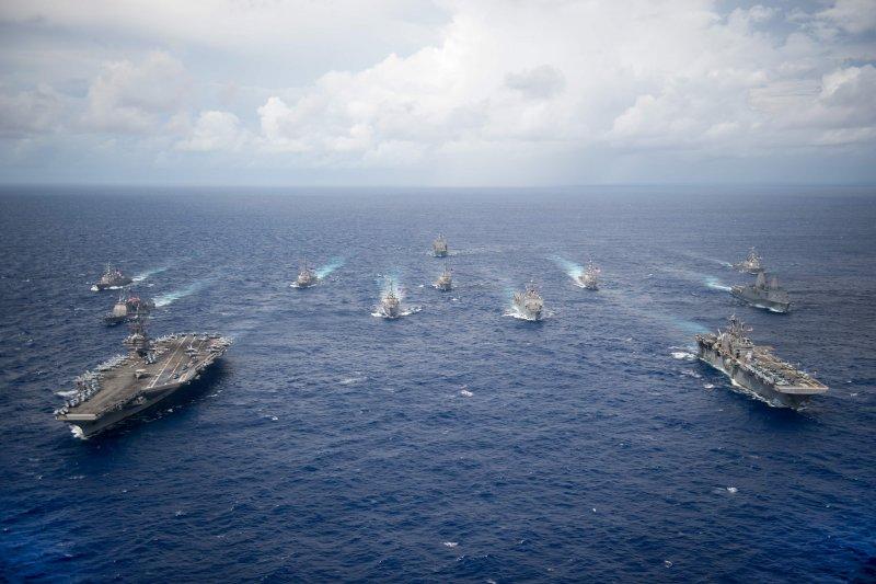 美軍雷根號航空母艦與好人查理號兩棲驅逐艦在菲律賓海巡弋。(美國海軍官網)