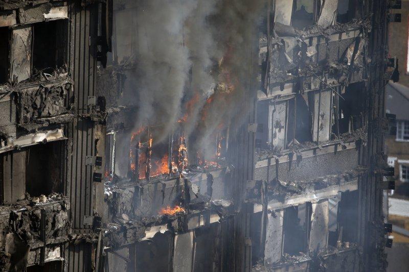 火場中若遇到濃煙,應立即逃生,拿溼毛巾摀口鼻反而會耽誤逃生時間。(AP)