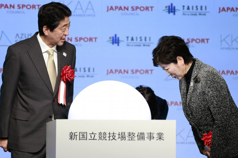 日本首相安倍晉三與東京都知事小池百合子。(美聯社)