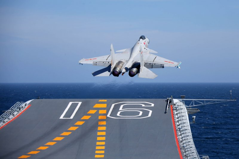 殲-15從遼寧艦起飛。(中國軍網)