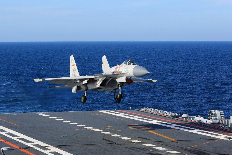 遼寧艦甲板上的殲-15。(中國軍網)