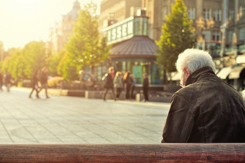 觀察年長者走路速度,可及早發現失智症警訊。(示意圖/Unsplash)