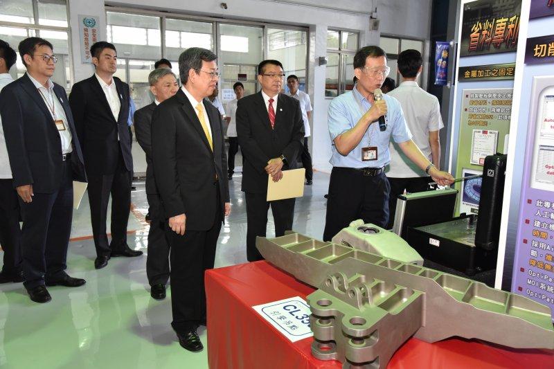 陳建仁參訪航太產業龍頭漢翔公司,希望漢翔在既有航太基礎上傳承相關航太生產經驗,並帶動當地機械及航太產業發展。(台中市政府經濟發展局提供)