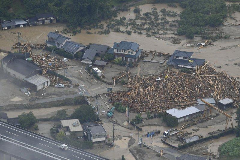 日本大雨成災,福岡縣朝倉市一片狼籍。(美聯社)