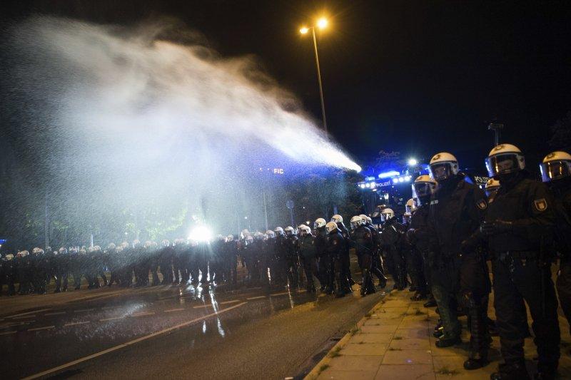 德國警方4日晚間出動鎮暴水車驅逐民眾(AP)