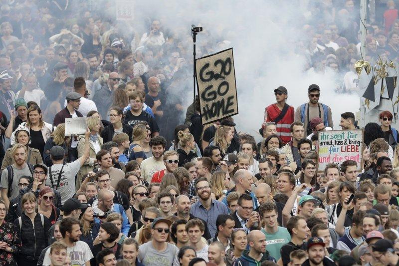 許多反G20的德國民眾與世界各地民眾齊聚漢堡抗議(AP)