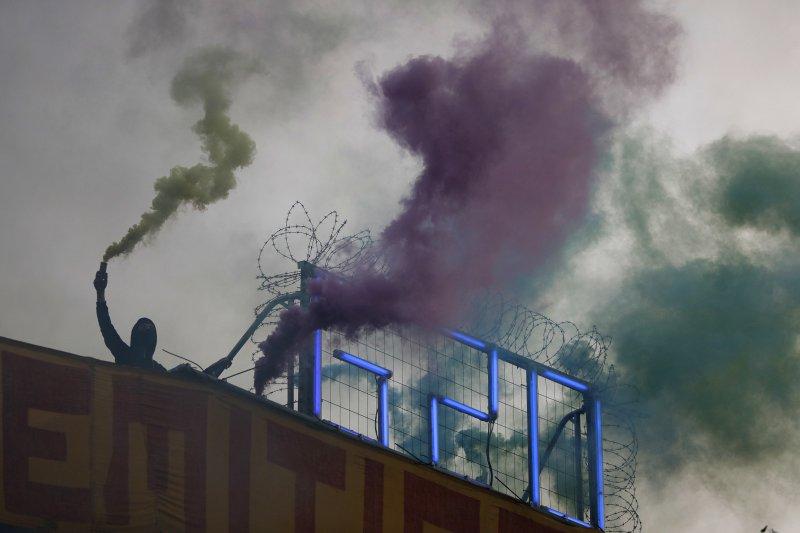 反G20的示威民眾在漢堡的極左翼基地建築物屋頂燃放信號彈(AP)