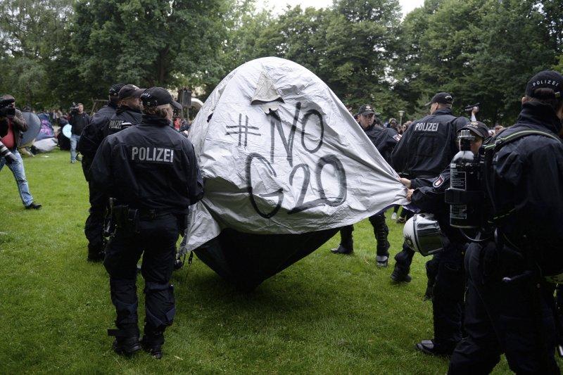 德國警方清除反G20示威民眾的帳篷(AP)