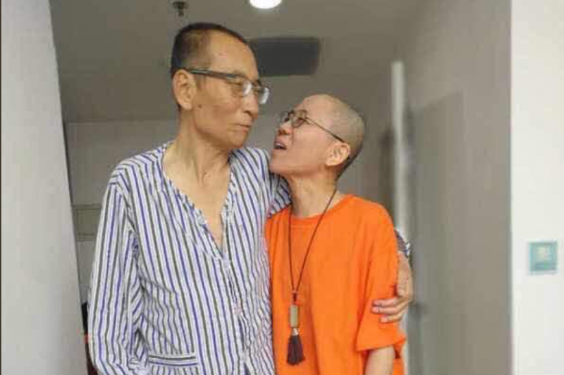 肝癌末期的諾貝爾和平獎得主劉曉波與妻子劉霞近照,劉曉波看來身形消瘦、氣色不佳。(資料照,胡佳推特)