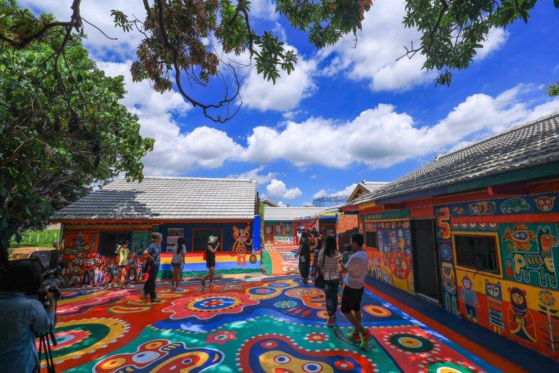 彩虹眷村的童趣與夢幻,讓這裡成為外國旅客不可錯過的打卡地點(圖 / 台中市政府提供)