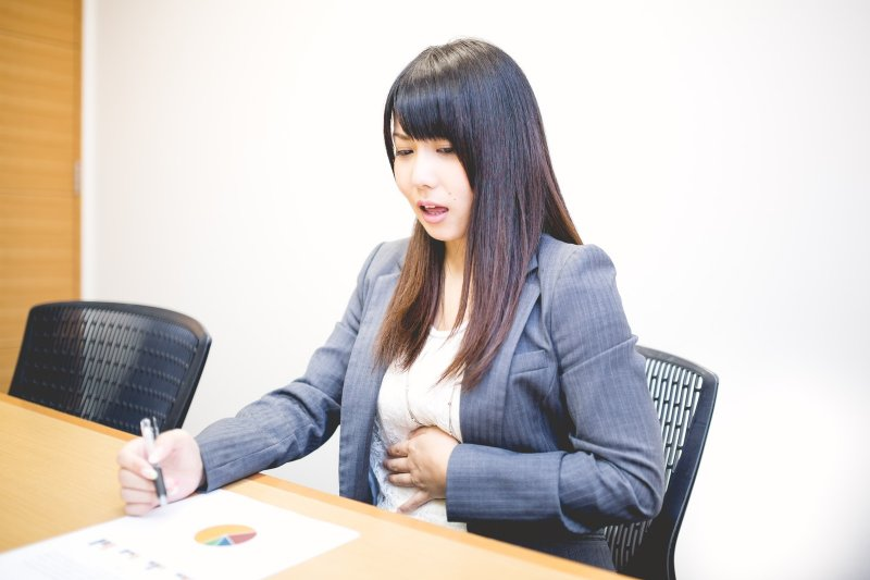 婦女朋友對於下腹痛一定要提高警覺,儘早就醫。(圖/すしぱく@pakutaso)